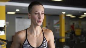 Sprawność fizyczna trener pokazuje poprawną pozycję ręki i oddech podczas bieg zdjęcie wideo