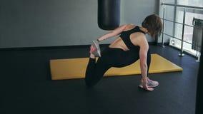 Sprawność fizyczna trener rozciąga goleń i kostka bawi się przed robić zdjęcie wideo