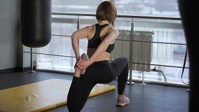 Sprawność fizyczna trener rozciąga goleń i kostka bawi się przed robić zbiory