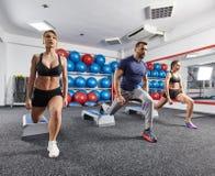 Sprawność fizyczna trener z kobiet robić cardio obraz stock