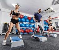 Sprawność fizyczna trener z kobiet robić cardio fotografia stock