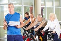 Sprawność fizyczna trener z starszymi ludźmi Zdjęcie Royalty Free