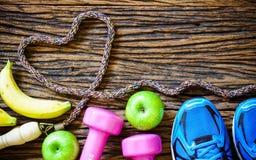 Sprawność fizyczna treningu miłość, zdrowy owocowy łasowania pojęcie - Odgórny widok obraz stock