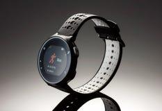 Sprawność fizyczna zegarek na ciemnym tle obrazy royalty free