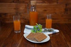 Sprawności fizycznej śniadanie z świeżo gniosącym crispbread i sokiem Zdjęcia Stock