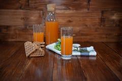 Sprawności fizycznej śniadanie z świeżo gniosącymi opłatkami i sokiem Obraz Royalty Free