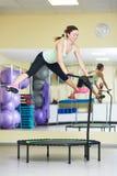 Sprawności fizycznej aktywność Kobiety doskakiwanie na trampoline Obrazy Stock