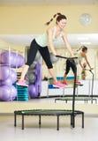 Sprawności fizycznej aktywność Kobiety doskakiwanie na trampoline Zdjęcie Royalty Free