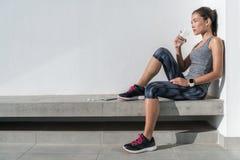 Sprawności fizycznej atlety kobiety woda pitna na treningu obraz stock