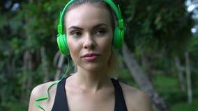 Sprawności fizycznej blondynki ładna kobieta na tropikalnej plaży podczas pięknego letniego dnia zbiory wideo