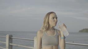 Sprawności fizycznej blondynki ładna kobieta przy schronieniem w ranku zbiory wideo