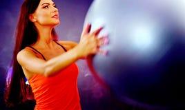 Sprawności fizycznej dziewczyna ćwiczy w gym z fitball obrazy stock