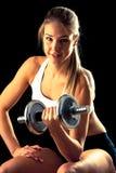 Sprawności fizycznej dziewczyna - atrakcyjna młoda kobieta pracująca z dumbbells out obrazy royalty free