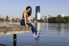 Sprawności fizycznej dziewczyna jest ubranym leggings, sneakers i okulary przeciwsłonecznych, obrazy stock