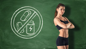 Sprawności fizycznej dziewczyna na tle blackboard z znakiem który zabrania suchą proteinę i pigułki Obraz Royalty Free
