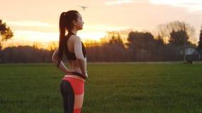 Sprawności fizycznej dziewczyna robi skręta ciała ćwiczeniu zdjęcie wideo