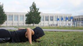 Sprawności fizycznej dziewczyna robi Ups z bawełną na stadium zbiory