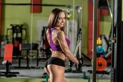 Sprawności fizycznej dziewczyna, wykonuje ćwiczenie z gym aparatem zdjęcia stock