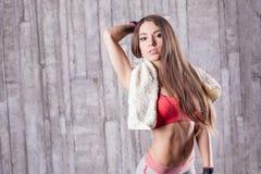Sprawności fizycznej dziewczyna z ręcznikiem obraz royalty free