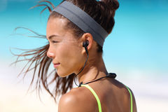 Sprawności fizycznej dziewczyna z sporta ucho radia hełmofonami fotografia stock
