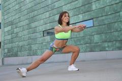 Sprawności fizycznej dziewczyna z sporty oblicza robić rozciąganiu Obrazy Royalty Free