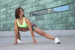 Sprawności fizycznej dziewczyna z sporty oblicza robić rozciąganiu Zdjęcia Royalty Free