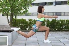 Sprawności fizycznej dziewczyna z sporty oblicza robić rozciąganiu Zdjęcia Stock