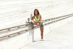 Sprawności fizycznej dziewczyna z sporty oblicza robić rozciąganiu Obraz Stock