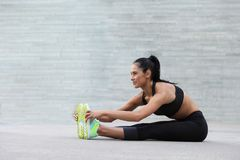 Sprawności fizycznej dziewczyna z sporty oblicza robić rozciąganiu Zdjęcie Royalty Free