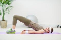 sprawności fizycznej dziewczyny gimnastyk szczęśliwy robienie Zdjęcie Stock