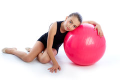 Sprawności fizycznej fitball dzieciaka dziewczyny ćwiczenia szwajcarski balowy trening Zdjęcie Royalty Free
