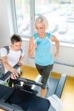 sprawności fizycznej gym instruktora działający kobiety potomstwa Obraz Stock