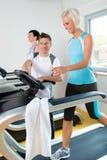 sprawności fizycznej gym instruktora działający kobiety potomstwa Obrazy Stock