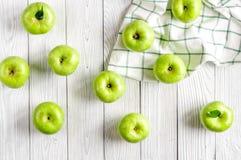 Sprawności fizycznej jedzenie z zielonymi jabłkami i pielucha na białego tła odgórnym widoku Obrazy Royalty Free
