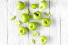 Sprawności fizycznej jedzenie z zielonymi jabłkami na białego tła odgórnym widoku Obraz Royalty Free