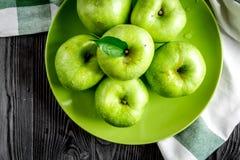 Sprawności fizycznej jedzenie z zielonymi jabłkami na ciemnym tło odgórnego widoku mockup Obrazy Royalty Free