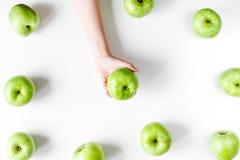 Sprawności fizycznej jedzenie z zielonymi jabłkami w ręce na białego tła odgórnym widoku Obrazy Royalty Free