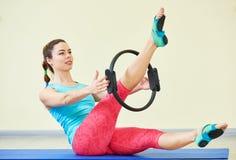 Sprawności fizycznej joga Kobieta robi żołądków pilates ćwiczy w gym obrazy stock