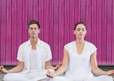sprawności fizycznej joga para z różowym drewnianym tłem Zdjęcie Stock