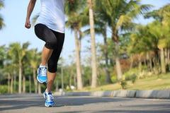 Sprawności fizycznej jogger bieg przy tropikalnym parkiem obraz royalty free