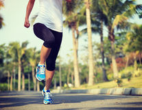 Sprawności fizycznej jogger bieg przy tropikalnym parkiem zdjęcia stock