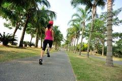 Sprawności fizycznej jogger iść na piechotę bieg przy tropikalnym parkiem fotografia royalty free