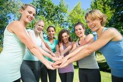 Sprawności fizycznej kładzenia grupowe ręki wpólnie Zdjęcie Stock
