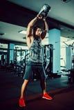 Sprawności fizycznej Kettlebells huśtawki ćwiczenia mężczyzna trening przy gym Zdjęcia Stock