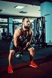 Sprawności fizycznej Kettlebells huśtawki ćwiczenia mężczyzna trening przy gym Zdjęcia Royalty Free