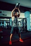 Sprawności fizycznej Kettlebells huśtawki ćwiczenia mężczyzna trening przy gym Zdjęcie Stock