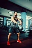 Sprawności fizycznej Kettlebells huśtawki ćwiczenia mężczyzna trening przy gym Fotografia Stock