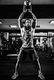 Sprawności fizycznej Kettlebells huśtawki ćwiczenia mężczyzna trening przy gym Obraz Royalty Free