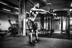 Sprawności fizycznej Kettlebells huśtawki ćwiczenia mężczyzna trening przy gym Obrazy Royalty Free