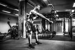 Sprawności fizycznej Kettlebells huśtawki ćwiczenia mężczyzna trening przy gym Zdjęcie Royalty Free